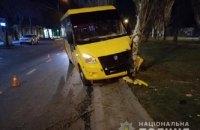 У Миколаєві маршрутка з пасажирами врізалася в дерево