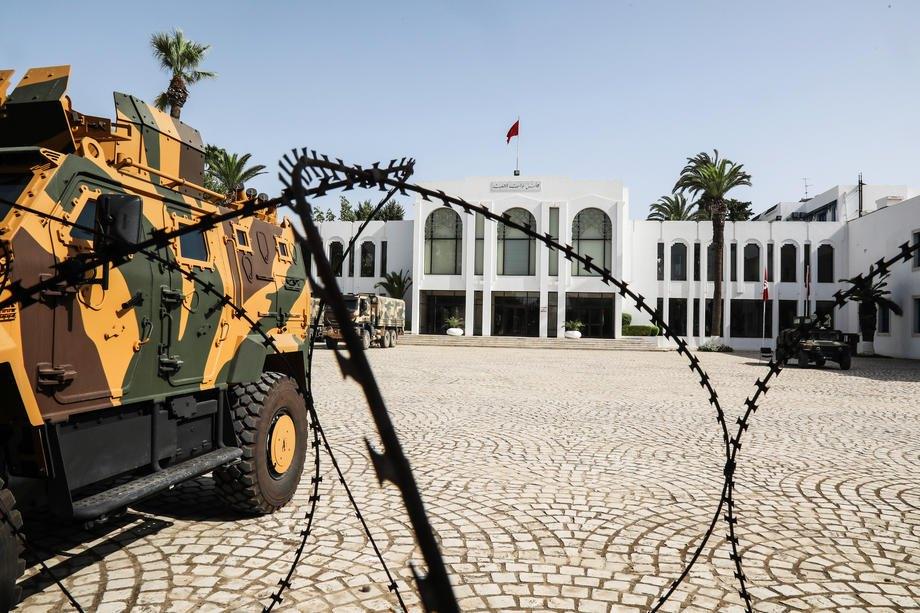Туніські військові охороняють територію навколо будівлі парламенту, Туніс, 26 липня 2021 р.