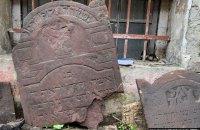 На подвір'ї колишнього НКВС у Львові знайшли десятки надгробних єврейських плит