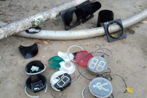 В Киеве задержали подростков, которые за ночь разбили пять светофоров