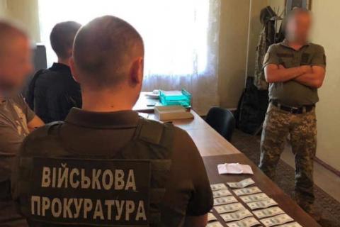Военный комиссар Глухова попался на взятке в 3 тысячи долларов