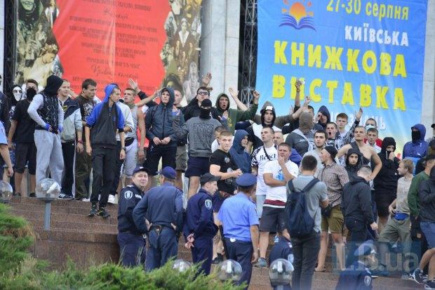 Украинские фанаты у Украинского дома