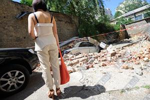 В центре Киева обрушилась стена дома, раздавив авто