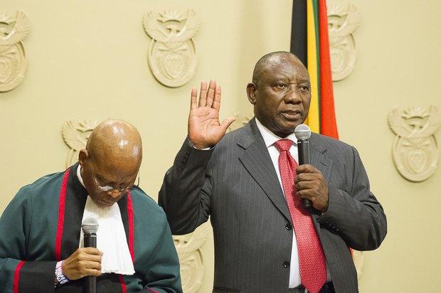Новоизбранный президент Южной Африки Сирилл Рамафоса приносит присягу на заседании парламента, Кейптаун, 15 февраля 2018 .