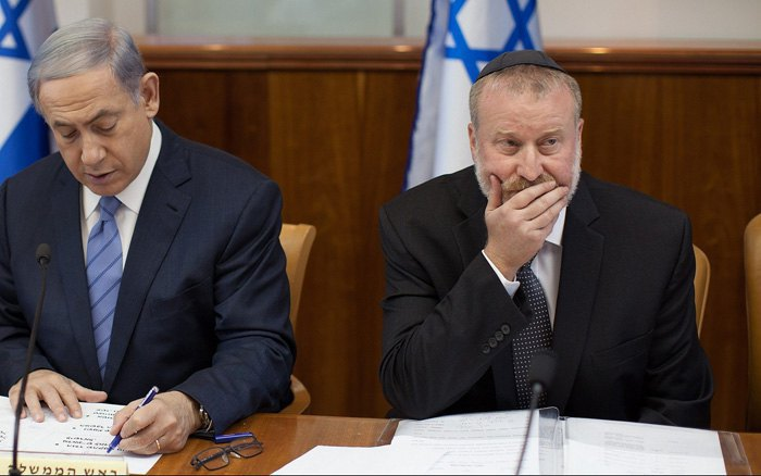 Премьер-министр Биньямин Нетаньяху и секретарь кабинета министров Авичай Мандельблит на заседании правительства в Иерусалиме, 5 июля 2015