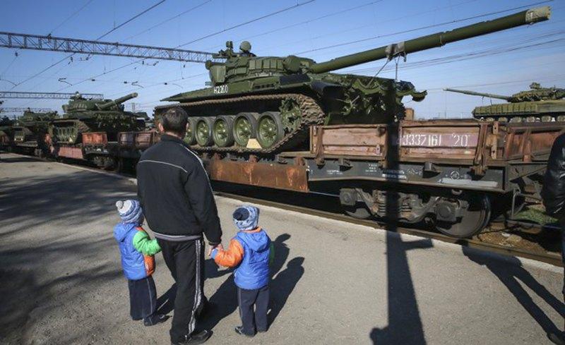 Російські танки в окупованому Криму