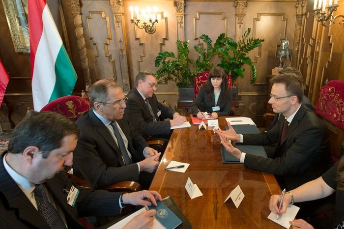 Peter Szijjarto (right) and Sergei Lavrov (opposite) during a meeting in Moscow