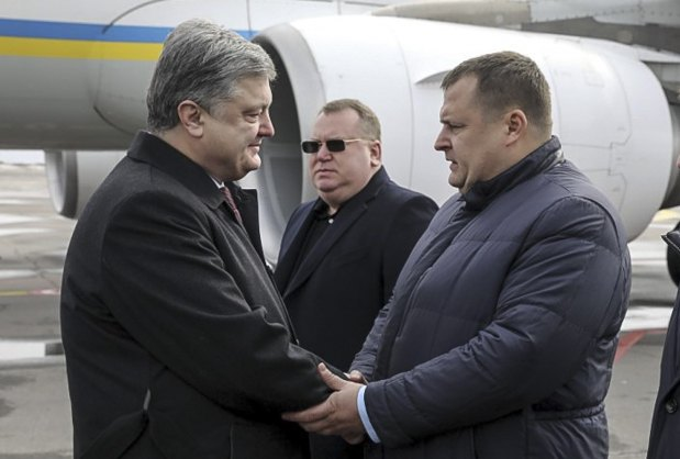 Petro Poroshenko and Borys Filatov during a meeting at Dnipro airport