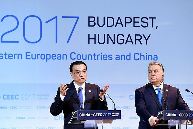 Chinese Prime Minister Li Keqiang and his Hungarian counterpart Viktor Orban at the Budapest summit on 27 November 2017