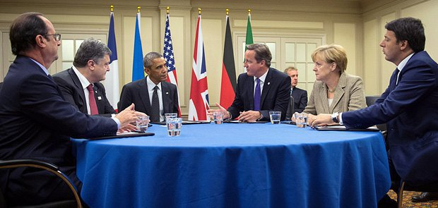 Left to right: French President Francois Hollande, Ukrainian President Petro Poroshenko, US President Barack Obama, British Prime Minister David Cameron, German Chancellor Angela Merkel and Italian Prime Minister Matteo Renzi discuss the situation in Ukraine in Newport, Wales, 4 September 2014