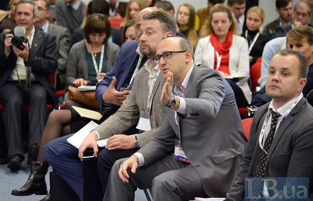 (Right to left) DTEK press secretary Anton Kovalyshyn, the supervisory board chairman at the Institute of Energy Strategies, Yuriy Korolchuk, and the director of energy programmes at the Centre of Global Economy and International Relations, Valentyn Zemlyanskyy