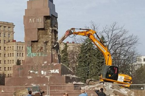 Kharkiv gets rid of Lenin pedestal