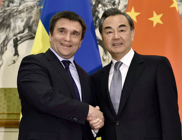Ukrainian Foreign Minister Pavlo Klimkin meets Chinese Foreign Minister Wang Yi in Beijing on 27 April 2016.