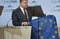 Poroshenko flaunts bullet-riddled EU flag from Donbas in Munich