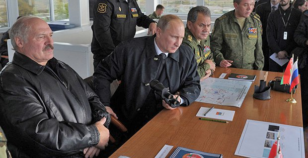 Alyaksandr Lukashenka and Vladimir Putin during the West-2013 joint military exercise