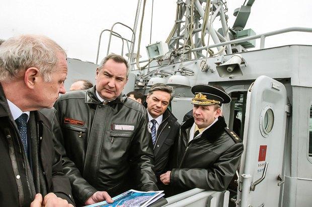 Dmitriy Rogozin (centre)
