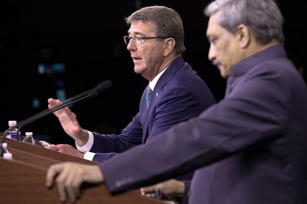 US Secretary of Defence Ashton Carter (left) and Indian Defence Minister Manohar Parrikar at a joint press conference in Pentagon, 29 August 2016