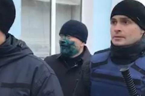Opposition candidate splashed with brilliant green in Berdyansk