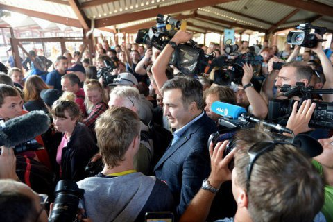Crowd tows Saakashvili into Ukraine