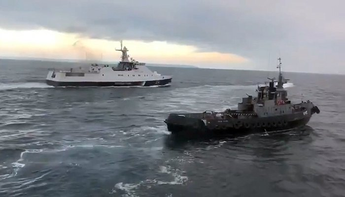 The Ukrainian tugboat Yani Kapur is being rammed by a Russian boat