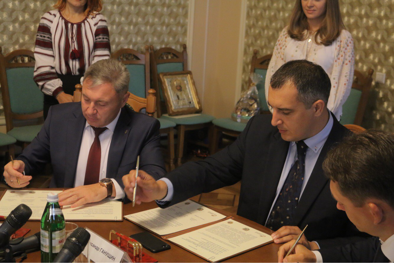 The head of the Lviv regional council and the head of the Luhansk regional military-civil administration sign a memorandum of bilateral information cooperation.