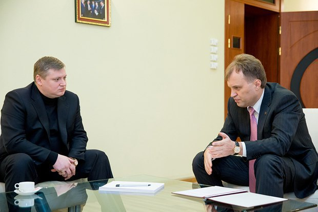 Dniester leader Shevchuk (right) meeting MP Oleg Khorzhan