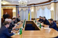 Poroshenko urges USA to increase aid to Ukraine
