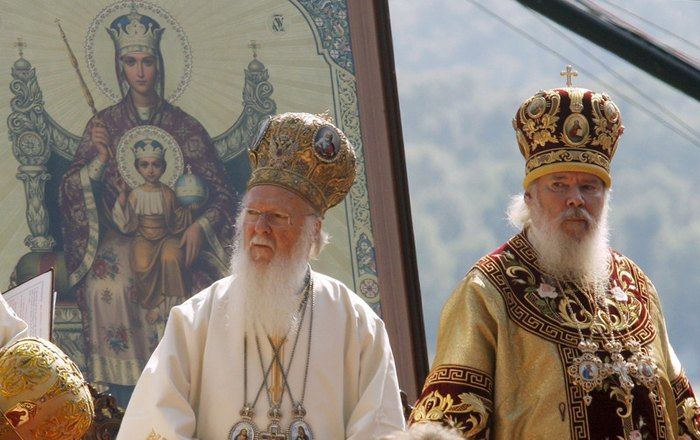 Ecumenical Patriarch Bartholomew (left) and Russian Orthodox Patriarch Aleksiy II during a prayer in Kyiv, 27 July 2008