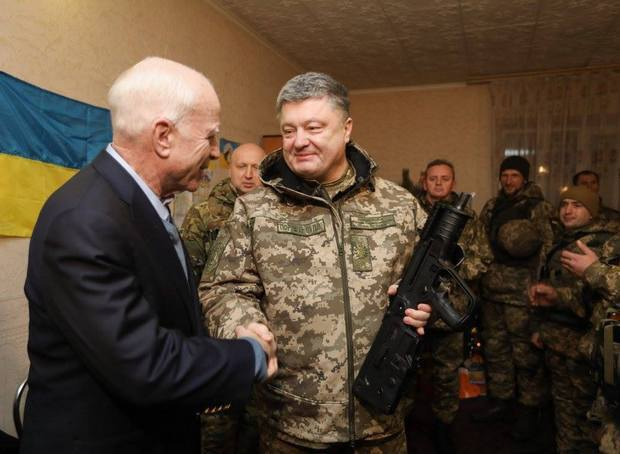 Poroshenko presents McCain with Ukraine-made arms