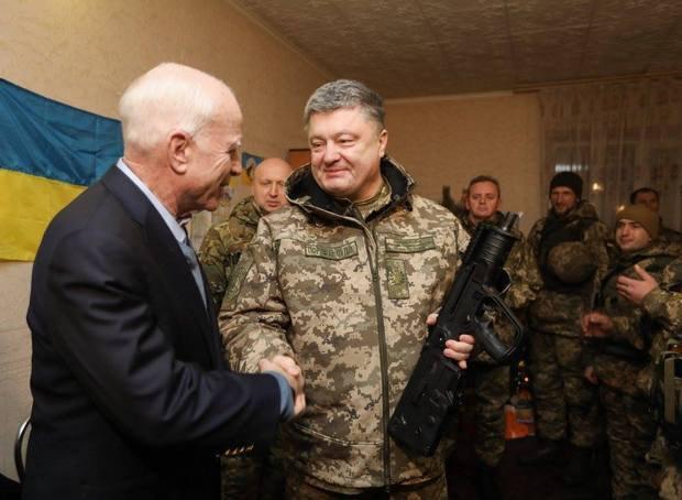 Poroshenko presents McCain with Ukraine-made arms