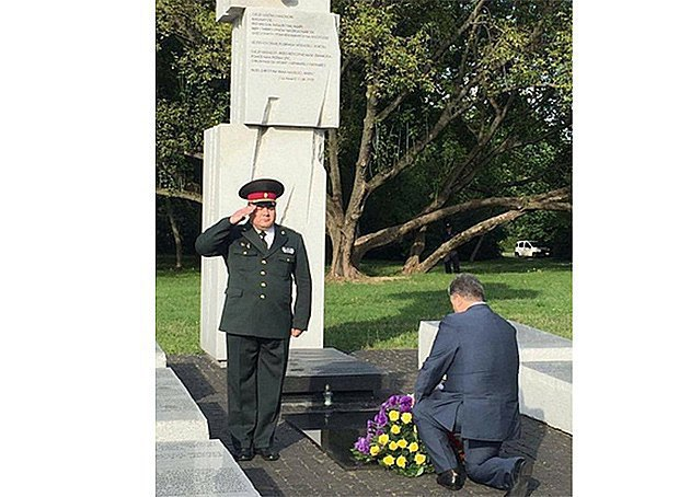 Ukrainian President Petro Poroshenko lit a candle and kneeled in front of the memorial to the victims of the Volyn tragedy in Warsaw, 8 July 2016.