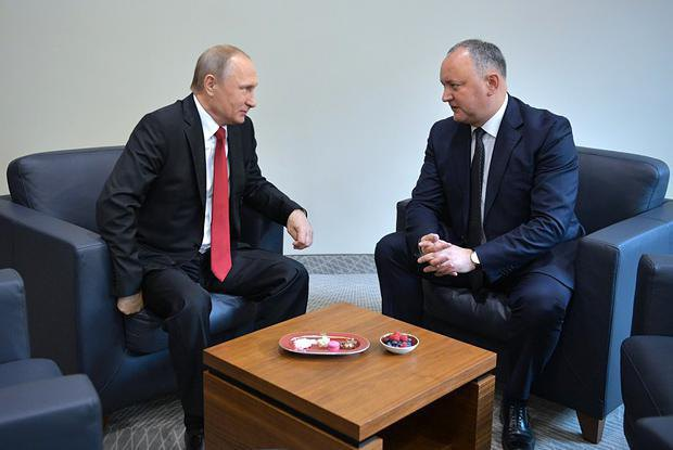 Vladimir Putin and Igor Dodon on the sidelines of the St Petersburg International Economic Forum, 2 June 2017