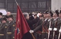 Poroshenko helps out ceremonial guard who lost hat