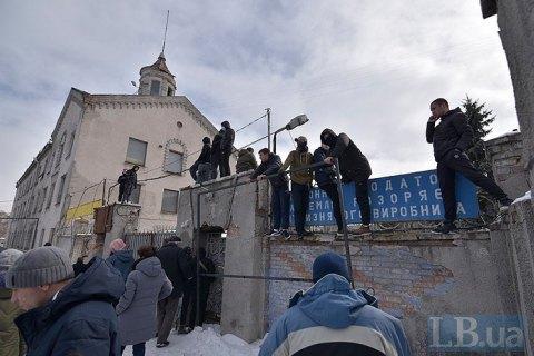 Police raid Azov regiment base at Kyiv plant