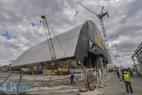 Sliding of protective arch over Chornobyl nuclear plant begins