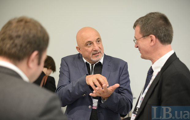 Ivan Plachkov (centre)