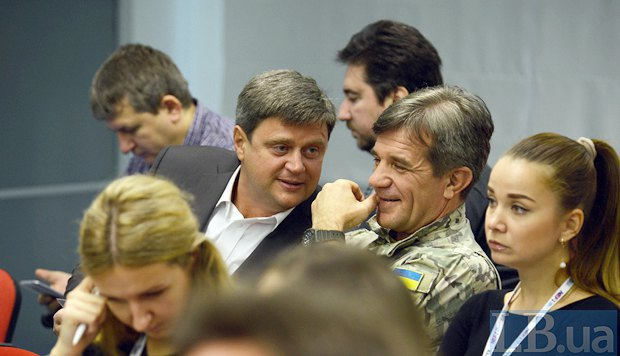 ATO veteran association head Taras Kostanchuk (right) and Kyiv regional councilor Oleksandr Kachnyy