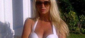Подружка Топалова показала грудь
