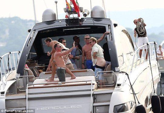 Сэр Элтон Джон показал публике голый зад