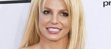 Бритни Спирс вышла на сцену в прозрачном комбинезоне