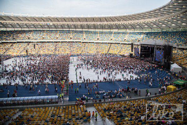 Поклонники начали собираться на стадионе за несколько часов до концерта, иначе можно было просто не попасть