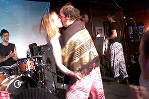 Маколей Калкин страстно целовался с мужчиной на публике