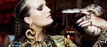 Алла Костромичева отпраздновала день рождения в африканских джунглях с удавом на руке