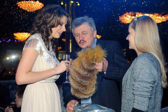 Бывший вице-премьер Владимир Сивкович подарил Татьяне нечто, напоминающее хвост пушного зверька. Именинница в восторге