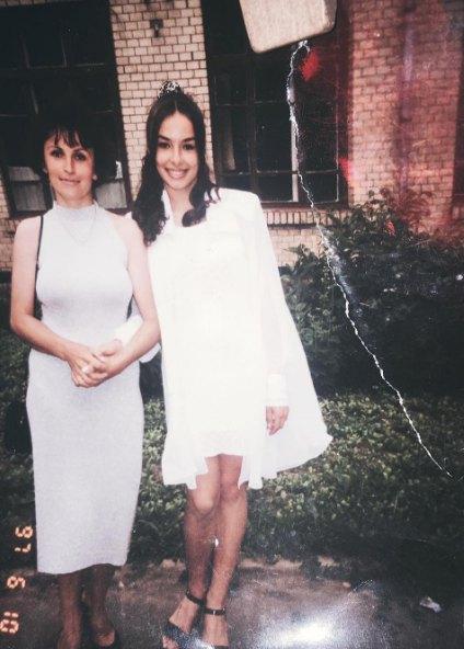 Так Надежда Мейхер выглядела в 15 лет (на фото справа)