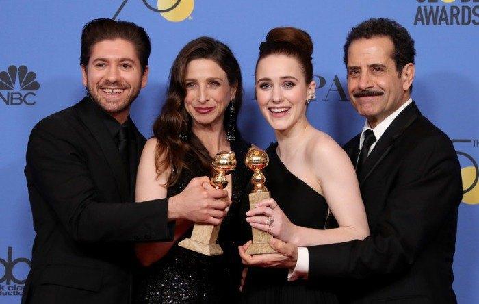 Майкл Зеген, Марин Хинкл, Рэйчел Броснахан и Тони Шелхуб позируют с премией за лучший комедийный сериал за «Чудесную миссис Майзель»