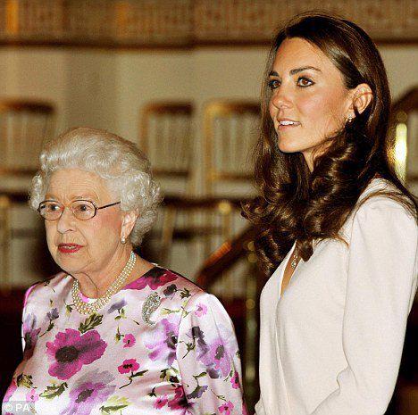 Королева и принцесса на закрытом показе выставки 23 июля