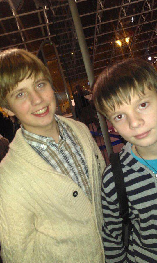 Сыновья Валерии в аэропорту, перед поездкой на отдых