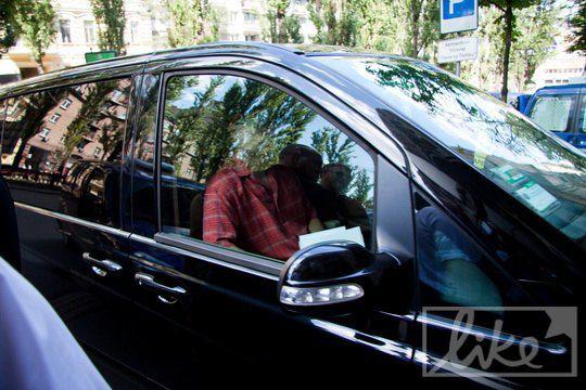 По городу Хью Лори передвигается на Mercedes Viano