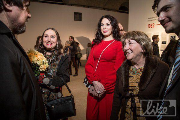 Светская львица Влада Литовченко (в центре) тоже не пропустила событие